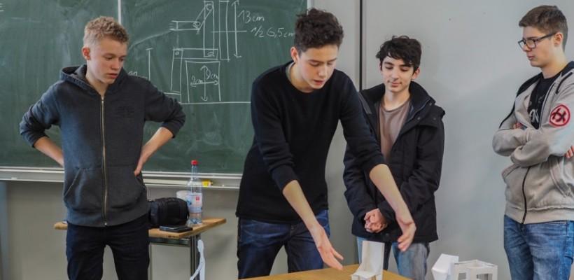"""WIR SITZEN, WIE WIR WOLLEN – Design-Workshop zum Thema """"Stuhlbau"""""""