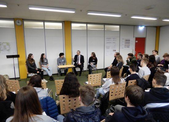 Interaktives Gespräch zwischen Schülerinnen und Schülern des GBG mit Axel Voss, MdEP am 13. 12. 2019